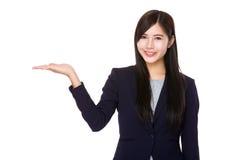 Den asiatiska affärskvinnan med den öppna handen gömma i handflatan Arkivfoton