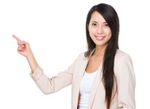 Den asiatiska affärskvinnan med fingerpunkt främjar upp till något Arkivfoton