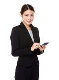 Den asiatiska affärskvinnan med mobil ringer Royaltyfri Foto