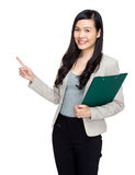 Den asiatiska affärskvinnan med skrivplattan och fingret pekar ut Royaltyfri Foto