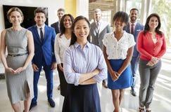Den asiatiska affärskvinnan och hennes affär team, grupperar ståenden arkivfoton