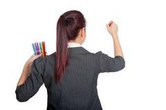 Den asiatiska affärskvinnan skriver med färgpennan på whiteboard Arkivbilder