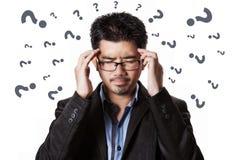 Den asiatiska affärsmanhuvudvärken och han har belastning arkivbild