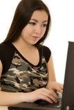 Den asiatiska amerikanska kvinnan fokuserade, medan skriva på datoren Royaltyfria Bilder