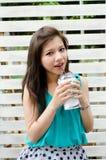 den asiatiska attraktiva drinken tycker om henne kvinnan Royaltyfria Bilder