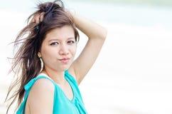 den asiatiska attraktiva stranden tycker om kvinnan Royaltyfri Foto