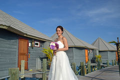 Den asiatiska bruden i sjösidabröllop poserar Royaltyfria Bilder