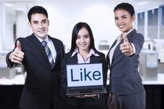 Den asiatiska businessteamvisningen gillar på bärbara datorn Royaltyfria Foton