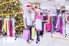 Den asiatiska familjen shoppar julgåvor arkivfoton
