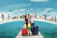 Den asiatiska familjen tar en resa till världsmonumentet Royaltyfri Foto