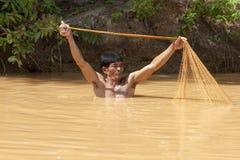 den asiatiska fiskaren förtjänar kast royaltyfria bilder