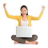 Den asiatiska flickan beväpnar upp att använda bärbar datordatoren Royaltyfri Foto