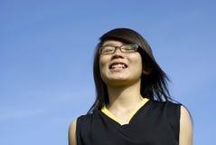 den asiatiska flickan grinar lyckligt royaltyfria bilder