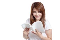 Den asiatiska flickan läste en bok och ett leende Arkivbild