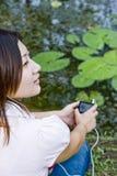 den asiatiska flickan lyssnar musik Fotografering för Bildbyråer