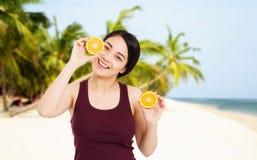 Den asiatiska flickan med h?rlig klar hud rymmer frukter p? stranden med havsbakgrund - h?lso- och viktf?rlustbegreppet royaltyfria foton