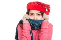 Den asiatiska flickan med röd jul hatt och halsduk känner förkylning Royaltyfri Bild