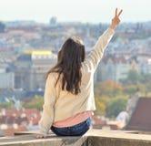 Den asiatiska flickan poserar och ser den gamla staden av Prague Arkivbild