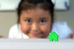 Den asiatiska flickan som spelar husmodellen, väljer fokusen Royaltyfri Fotografi