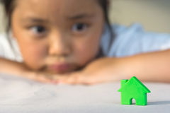 Den asiatiska flickan som spelar husmodellen, väljer fokusen Arkivbilder