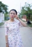 Den asiatiska flickan tycker om hennes lyckliga tid Royaltyfria Bilder
