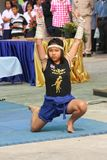 Den asiatiska flickan visar den THAILÄNDSKA DANSEN för MUAY fotografering för bildbyråer