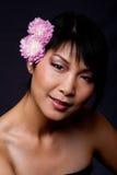 den asiatiska framsidan blommar kvinnan Arkivfoton