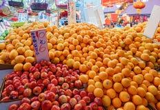 Den asiatiska gatajordbruksmarknaden i Hong Kong finns i överflöd olika sorter av frukter Arkivbilder