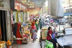 Den asiatiska gatan med shoppar och en marknad i Thailand Songkhla Royaltyfri Foto