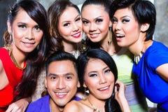 Den asiatiska gruppen av partifolk som tar bilder, önskar nattklubben Royaltyfri Fotografi