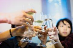 Den asiatiska gruppen av vänner som har partiet med alkoholiserat öl, dricker a royaltyfri bild