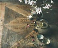 Den asiatiska guld- järntekannan, koppar, stearinljus och mandelblomningen blommar Royaltyfri Fotografi