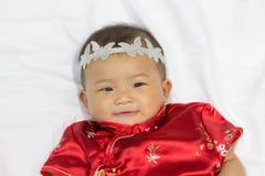 Den asiatiska gulliga nyfödda flickan behandla som ett barn Royaltyfri Foto