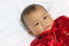 Den asiatiska gulliga nyfödda flickan behandla som ett barn Royaltyfri Bild