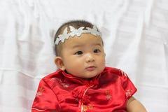 Den asiatiska gulliga nyfödda flickan behandla som ett barn Arkivbilder
