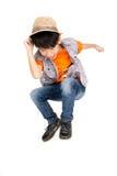 Den asiatiska gulliga pojken hoppar med leendeframsidan Arkivbild