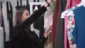 den asiatiska härliga caucasian väljande multiracial röda detaljhandelsrean för klädklänningflicka shoppar kvinnan för shopparesh stock video