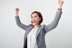 Den asiatiska härliga flickan känner sig lycklig le kvinnashowhanden upp succ royaltyfri bild