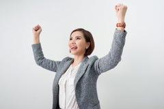 Den asiatiska h?rliga flickan k?nner sig lycklig le kvinnashowhanden upp lyckad teckenhandling arkivfoton