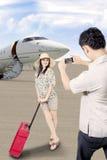 Den asiatiska handelsresanden ankommer på flygplatsen Royaltyfri Bild