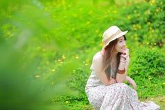 Den asiatiska härliga unga flickan, bär den blom- maxi klänningen Arkivfoton