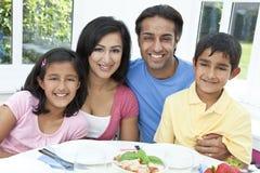 Den asiatiska indier uppfostrar barnfamiljen som äter mål Royaltyfria Foton