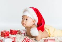 Den asiatiska jultomten behandla som ett barn pojken Royaltyfria Foton
