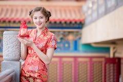 Den asiatiska kinesiska kvinnan i för hållgåva för traditionell kines påse arkivbilder