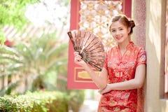 Den asiatiska kinesiska kvinnan i håll för traditionell kines som fläktar PA arkivbilder