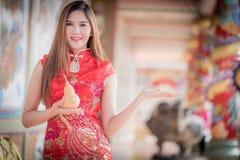 Den asiatiska kinesiska kvinnan i hållkalebass för traditionell kines royaltyfria foton