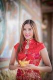 Den asiatiska kinesiska kvinnan i hållkines måndag för traditionell kines Arkivbild