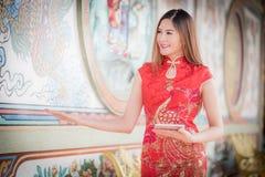 Den asiatiska kinesiska kvinnan i tablel c för traditionell kines och håll royaltyfri bild