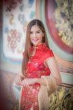 Den asiatiska kinesiska kvinnan i traditionell kines royaltyfria bilder