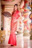 Den asiatiska kinesiska kvinnan i traditionell kines royaltyfria foton